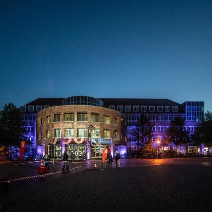 Uelzen: Eventbeleuchtetes Rathaus